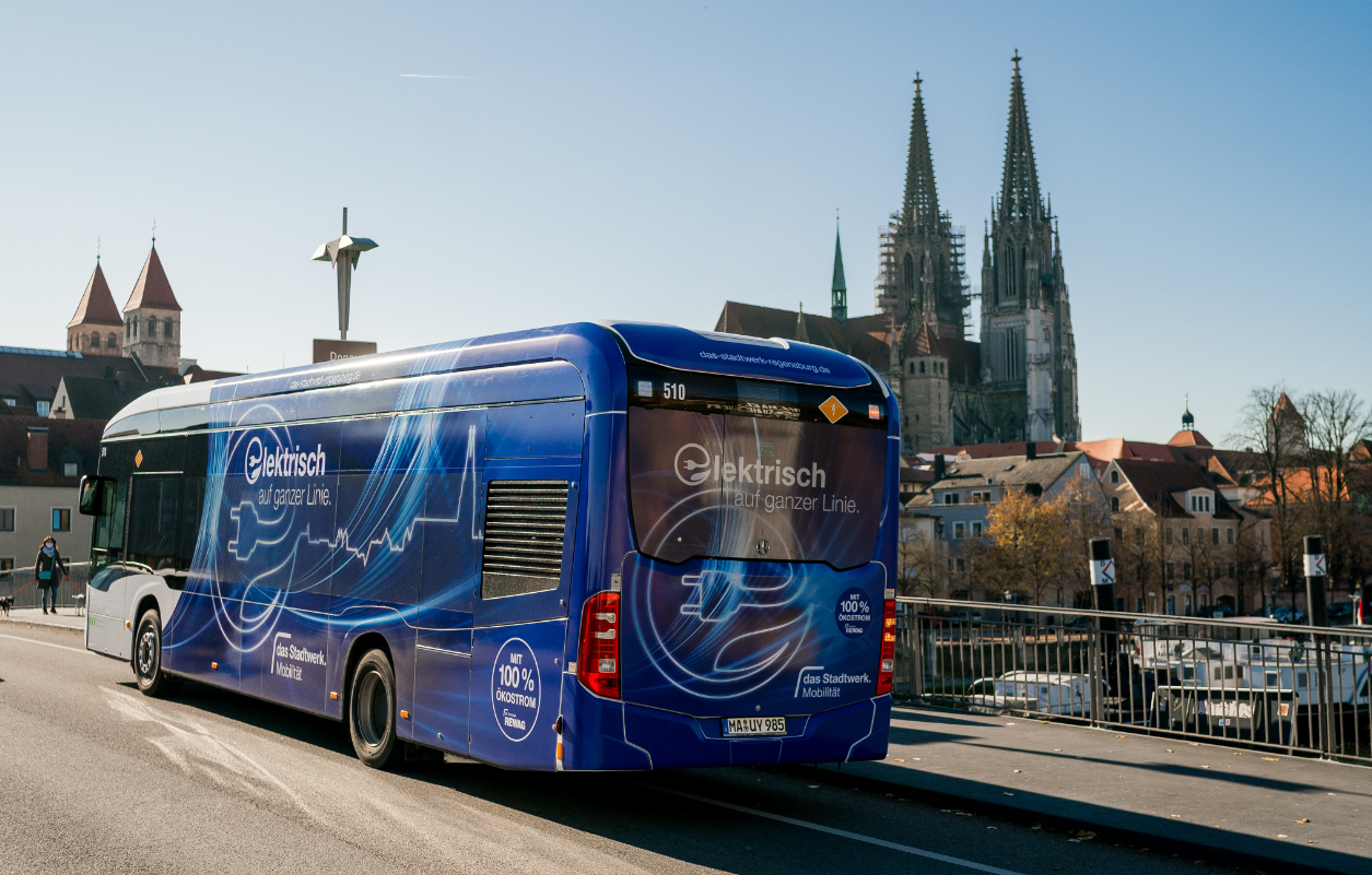 By equipping the Regensburg bus depot with charging and power distribution technology from Siemens, 22 new electric buses can be charged with 150 kW each